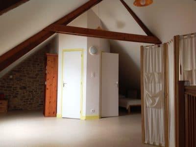 La Pigacherie - salle d'eau et couchage : lit 140 à gauche / lit 90 à droite