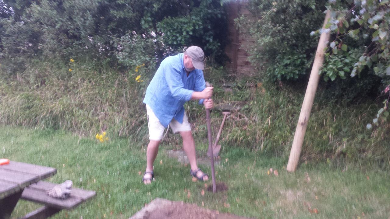 Juillet 2017 - Alexander participe à l'installation des poteaux à linge